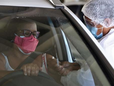 Medo de acabar vacina da Covid  faz morador enfrentar fila nos postos
