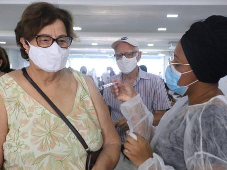 Niterói vai antecipar a terceira dose da vacina para idosos