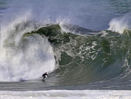 Surfistas encaram ondas gigantes em Itacoatiara, e imagens impressionam