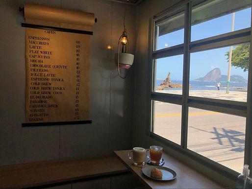 Cafeteria que funciona numa banca de jornal, na Praia de Icaraí, se reinventa na quarentena