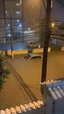 Chuva alaga ruas e dispara alerta em Niterói