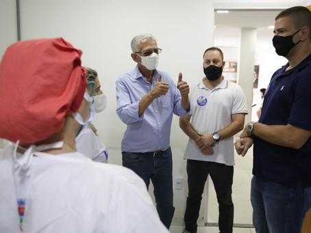 """Vacinação derruba casos, mortes e internações em São Gonçalo; cidade apresenta """"risco baixo"""""""