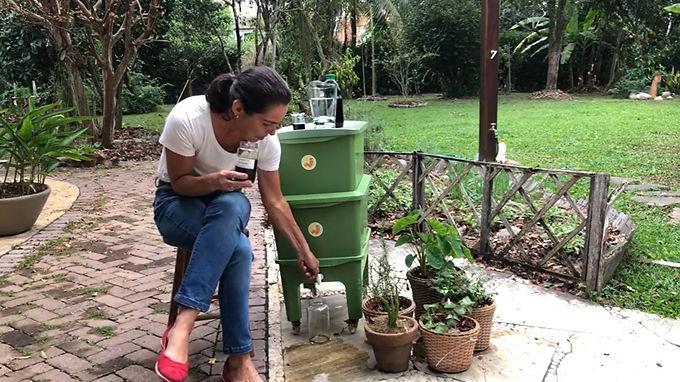 Niteroiense ensina a fazer compostagem em casa e defende mudança no descarte de resíduos orgânicos