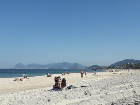 O mar devolve todo o lixo que banhistas deixam na praia, aponta estudo