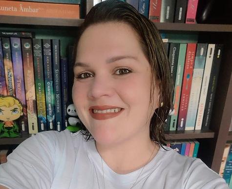 Escritora niteroiense aproveita isolamento para escrever dois livros