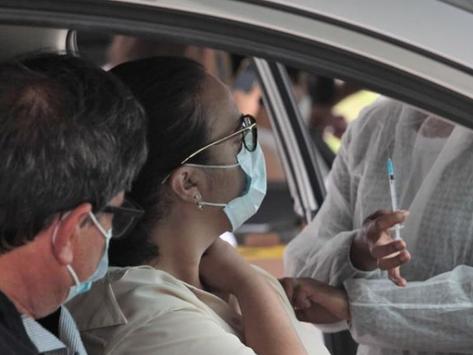 Vacinação mais lenta em cidades vizinhas desafia o combate à Covid em Niterói