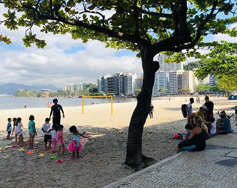 Pais improvisam escolinhas na praia enquanto colégios ficam fechados em Niterói
