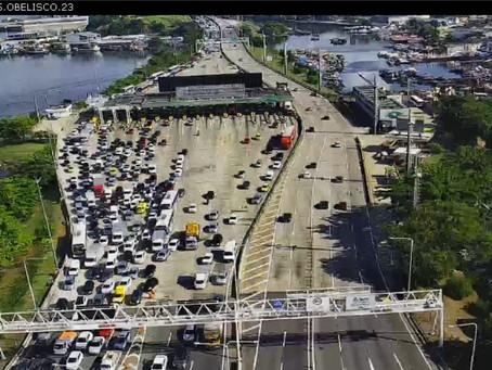 Barreiras sanitárias causam longos congestionamentos nos acessos a Niterói