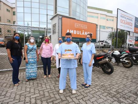 Moradores homenageiam profissionais do hospital Oceânico de Niterói
