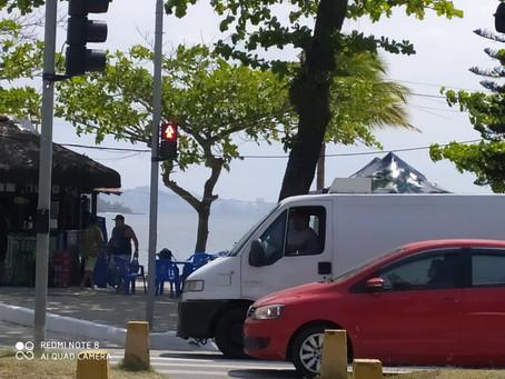 Moradores de Charitas reclamam da longa espera pelo sinal verde para atravessar a rua