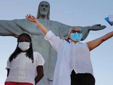 Rio vacina duas mulheres aos pés do Cristo Redentor, e  Niterói deve começar nesta terça