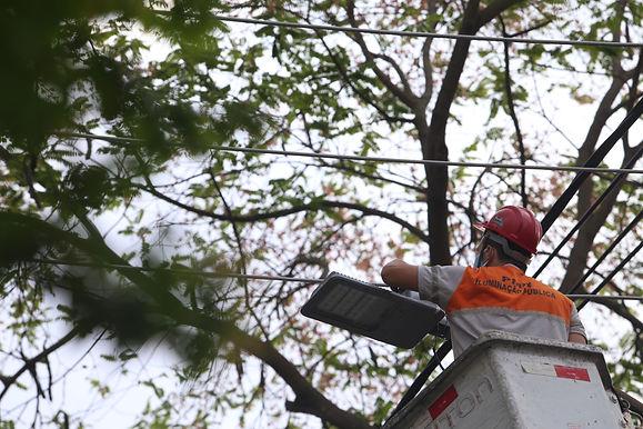 Em temporada de eleição, Prefeitura de Niterói troca lâmpadas