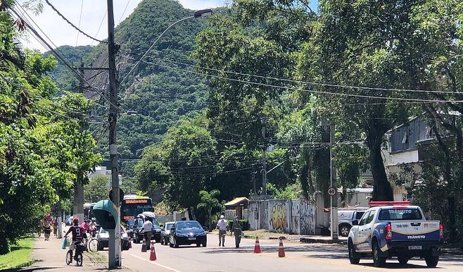 Barreiras atuam para impedir aglomeração na Praia de Itaipu