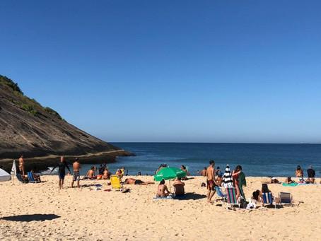 Banhistas ignoram decreto, e Praia de Itacoatiara amanhece movimentada