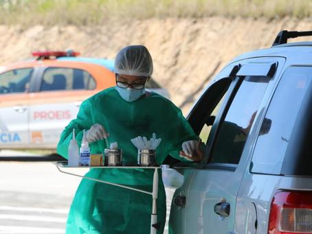 Além da falta de vacinas, Brasil deixa de fazer rastreio para tentar controlar Covid
