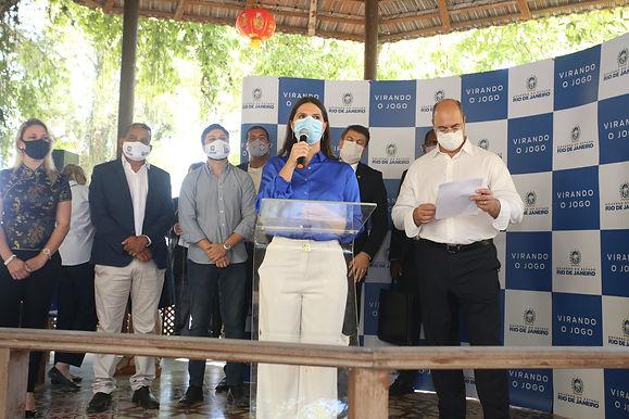 Moradores do Morro do Preventório, em Niterói, recebem títulos de propriedade