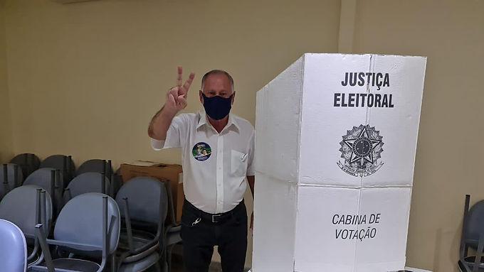 Candidato a Prefeito de Niterói, Tuninho Fares vota e se diz confiante