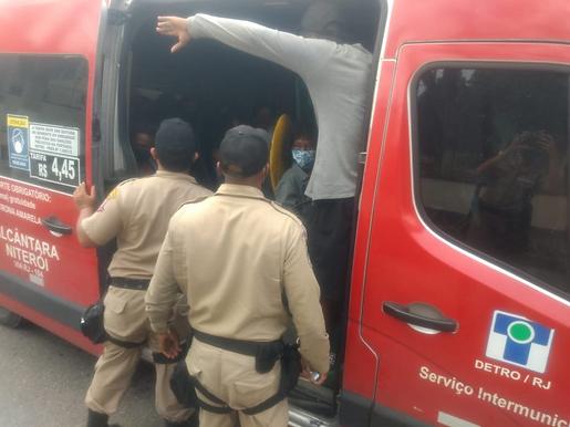 Niterói faz blitz da Covid em ônibus e vans na entrada da cidade