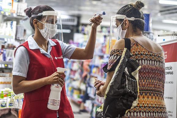 É tudo muito triste, diz funcionária de farmácia que trabalha na pandemia em Niterói