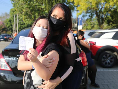 Adolescente de Niterói é a primeira do estado a se vacinar contra a Covid