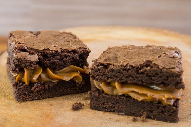 Brownie de Nozes Recheado com Doce de Leite