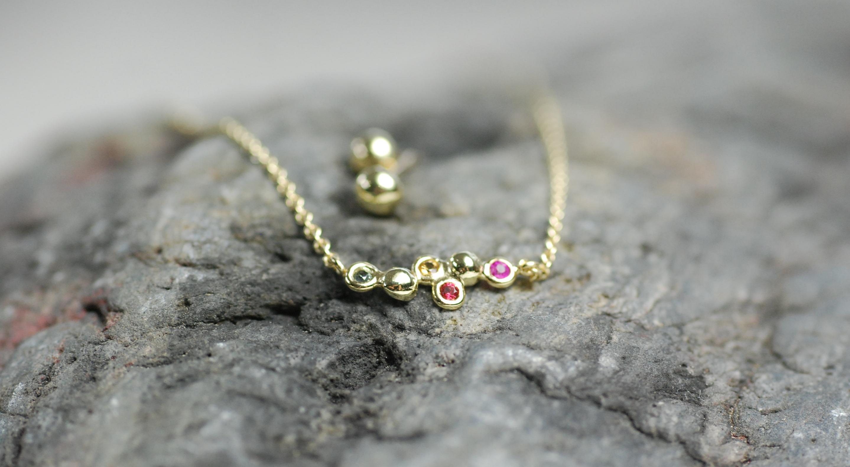 Halskette mit bunten Saphiren und kleinen Ohrsteckern Gelbgold