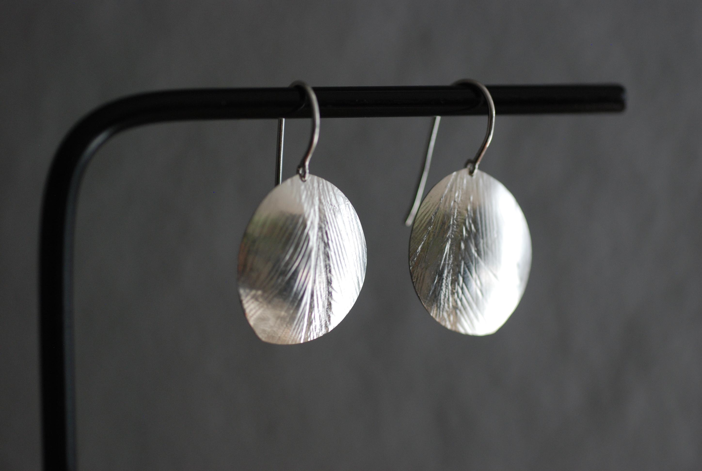 Silberohrhänger mit Federstruktur
