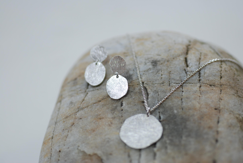 Halskette mit passenden Ohrringen Silber