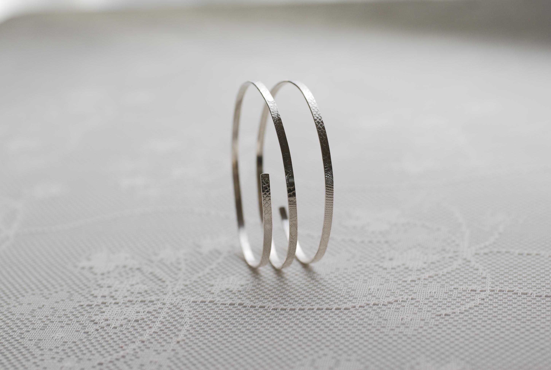 Armreif mit eingewalztem Muster Silber