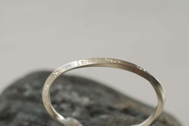 Herrenarmspange gedreht Silber mit persönlicher Gravur