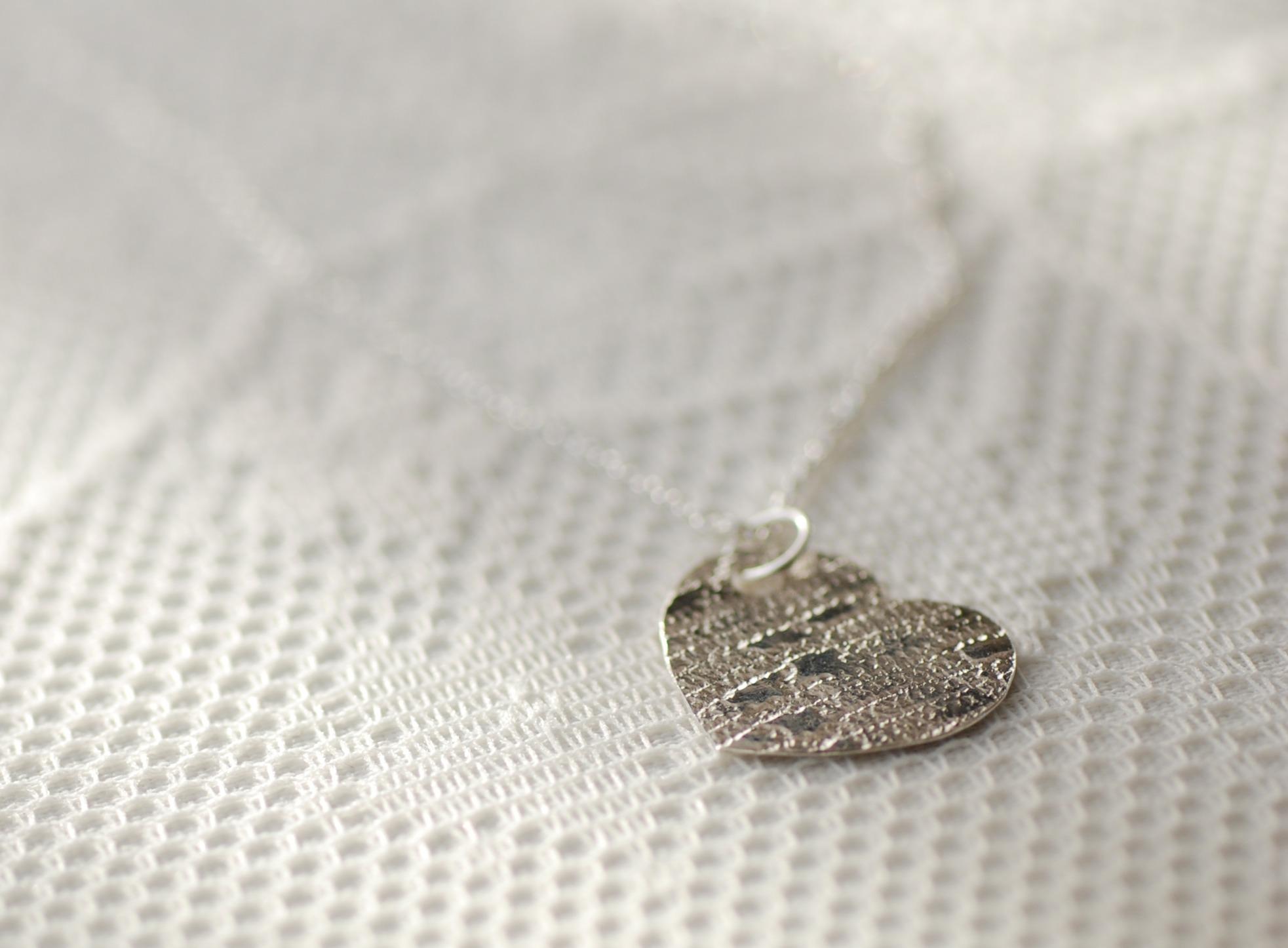 Herzanhänger mit Struktur Silber