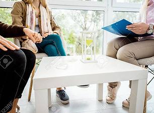 124567925-couple-sitting-with-psychologi