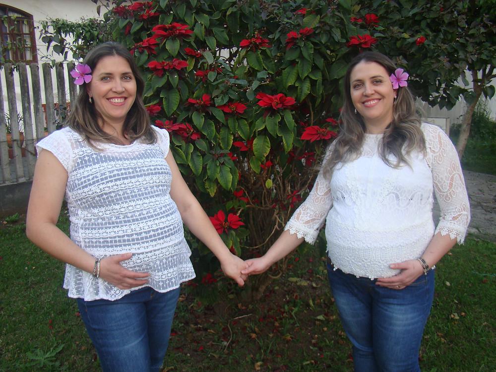 As irmãs gêmeas Adriane e Eliane engravidaram e tiveram seus bebês praticamente ao mesmo tempo