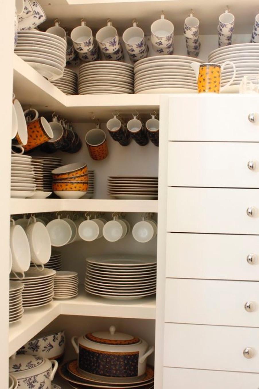 Organização de xícaras, pratos e louças em geral com ganchos de armário