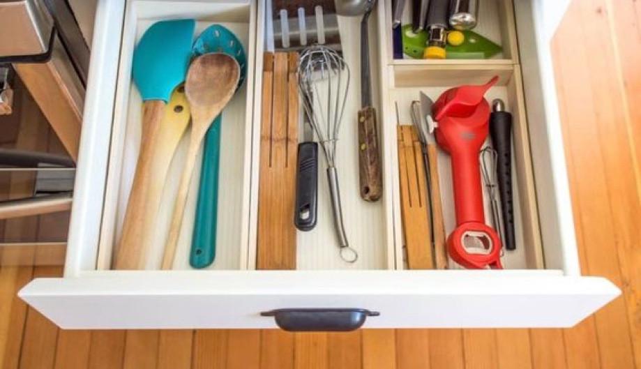 Organização dos utensílios de cozinha em gavetas com divisórias