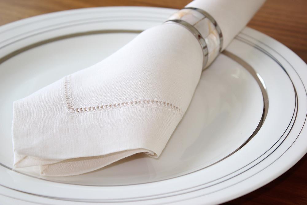 mesa de jantar arrumada de forma elegante por uma personal organizer