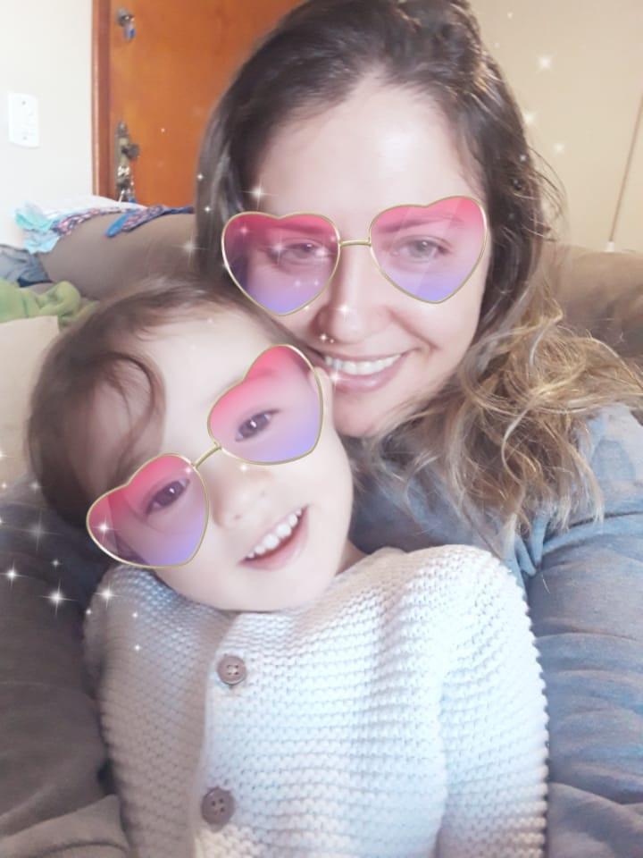 Mãe e filha abraçadas com efeito de óculos de coração