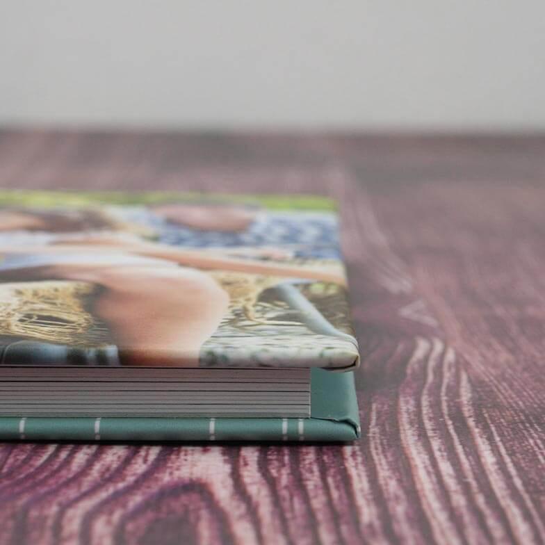 Capa: Dura, impressa laminada, almofadada ou com acabamento em tecido, couro ou acrílico.