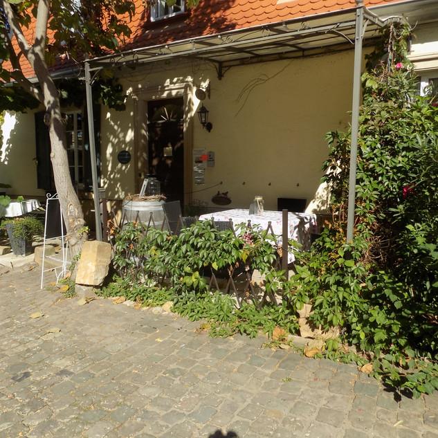 Die lauschigen Terrassen-bereiche der Wohnungen im Alten Landhaus