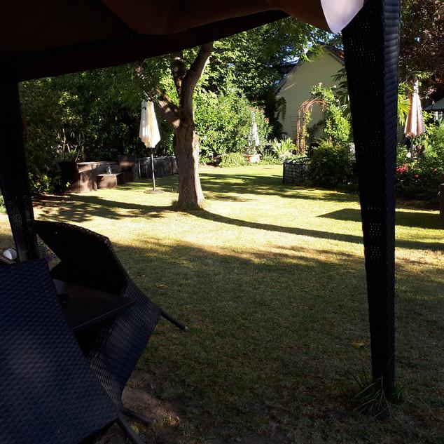 Genießen Sie Ihren eigenen Gartenbereich mit gemütlichen Sitzplätzen und Liegestühlen