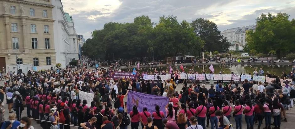 Mujeres zapatistas participan en concentración y marcha nocturna contra feminicidios en Austria
