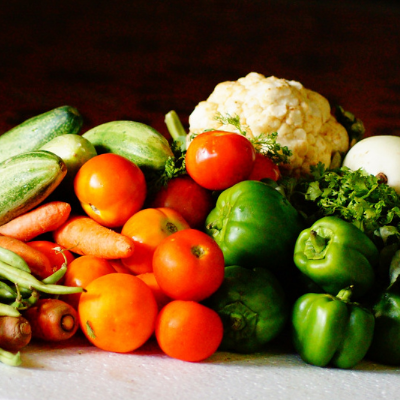 Healthy foods tomatoes peppers cauliflower and carrots