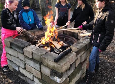 År 5 gör upp eld och täljer grillpinnar!