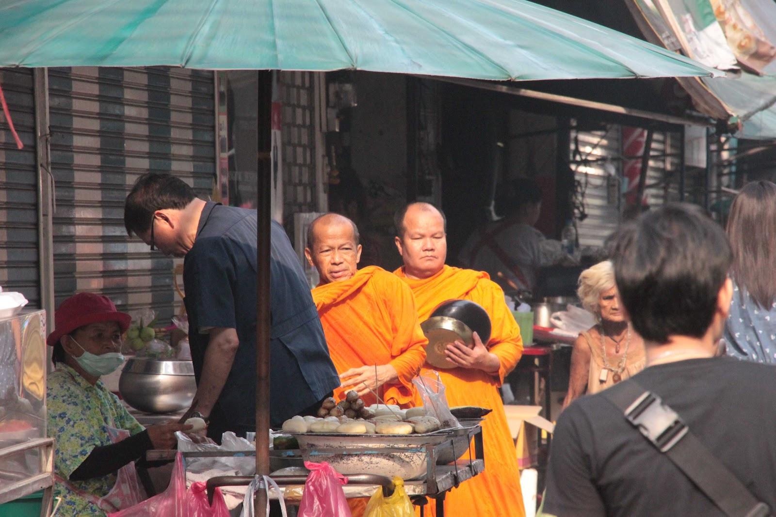 monges na rua.jpg
