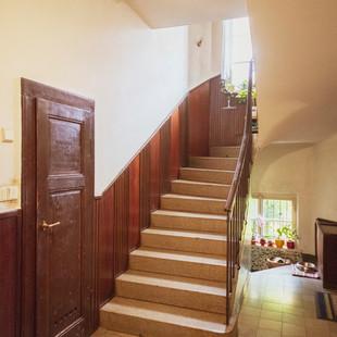 Schodiště a dveře na WC