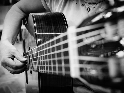 Wie spielt man Fingerstyle-Gitarre?