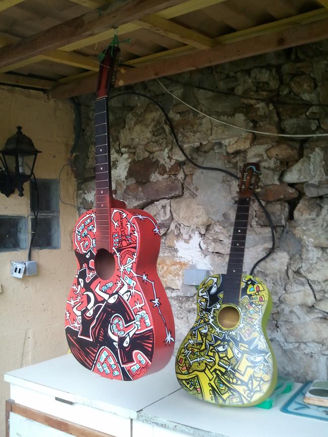 red guitar et guitare jaune