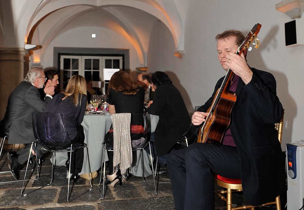 Guitarist plays acoustically for dining guests