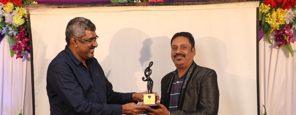 ANANTHU RECIVING AWARD