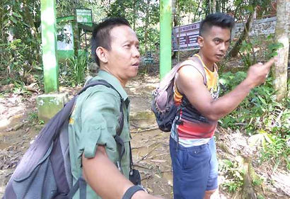 Our-guides-heri-&-doni-bukit-lawang.JPG